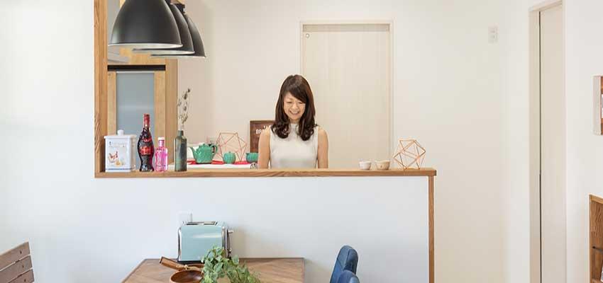 キッチンで女性が立っている写真