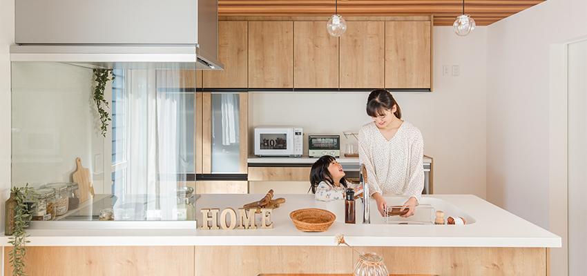 女性がキッチンに立っている写真